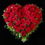 Friedhof Neusäß Trauerherz mit roten Rosen